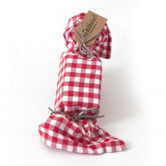 Cadeau parfumé : savon beurre salé et savon chocolat noir dans une serviette à carreaux