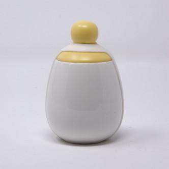 Coquetier en porcelaine pour œuf coque, modèle Helen chapeau jaune