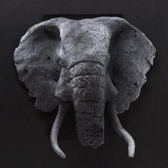 Tête d'éléphant sculptée en céramique effet charbon. Pièce unique
