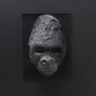 Masque de gorille en céramique sur plaque métal, sculpture Sébastien Chartier