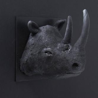 Sculpture tête de rhinocéros en céramique noire sur plaque métal