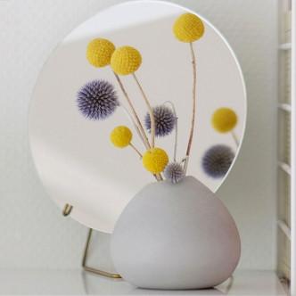Soliflore en béton avec petit bouquet de chardons. Déco, design.