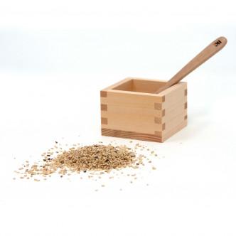 Boîte en bois traditionnelle du Japon et sel de sésame