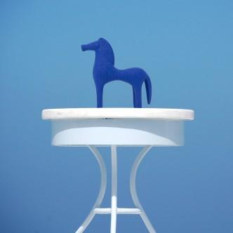 Statuette Cheval d'Olympie reproduction déco arty, bleu Klein