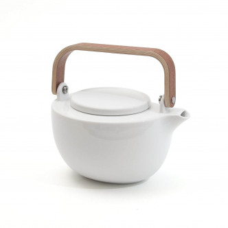 Théière en porcelaine blanche, anse en acajou. Filtre à thé en inox intégré.