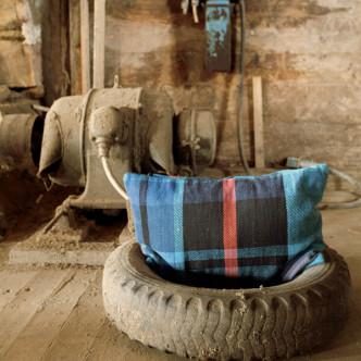 Coussin rectangulaire style rustique à motif écossais bleu et rouge